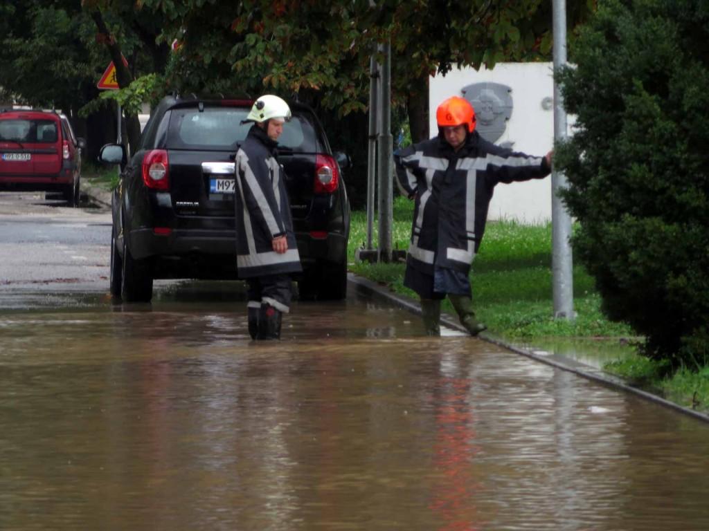 Verstopfte Gullis - überschwemmte Straßen